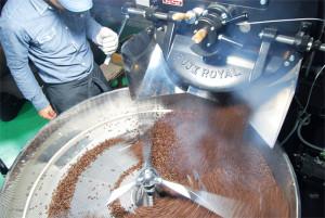 コーヒー豆の焙煎『窯出し』